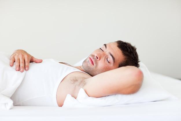 Man slaapt in bed