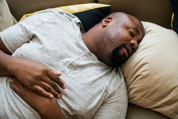 Man slaapt in zijn bed