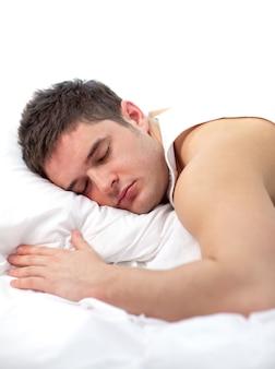 Man slaapt op bed