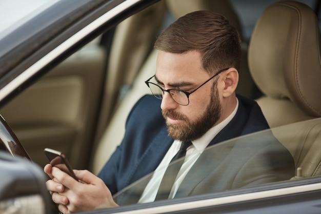 Man sms-bericht tijdens het rijden