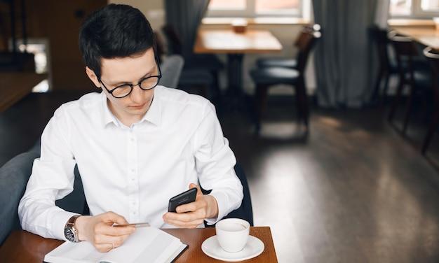 Man sms'en en met een bankkaart