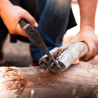 Man snijden hout met bijl