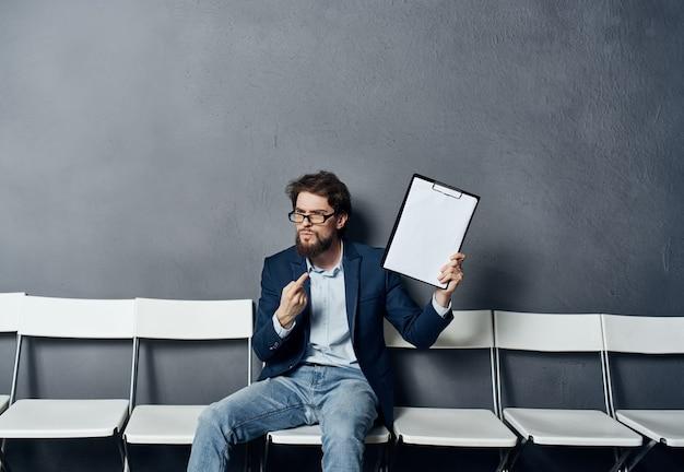 Man solliciteert naar een baan die cv invult en wacht op sollicitatiegesprek
