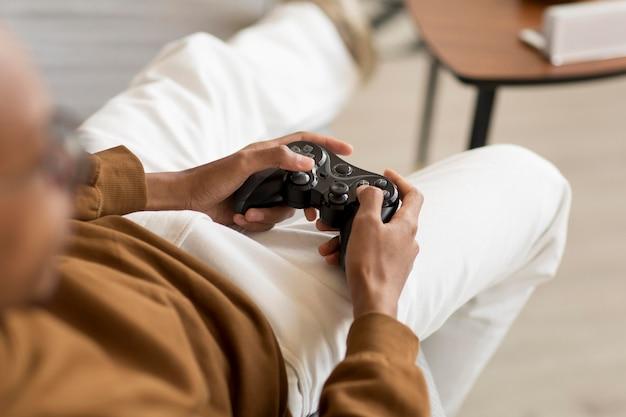 Man speelspel met controller close-up