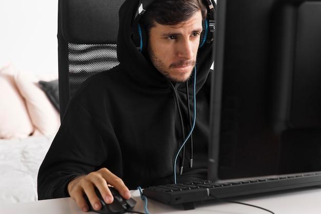 Man speelspel op computer medium shot