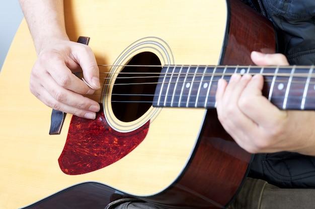 Man speelt akoestische gitaar