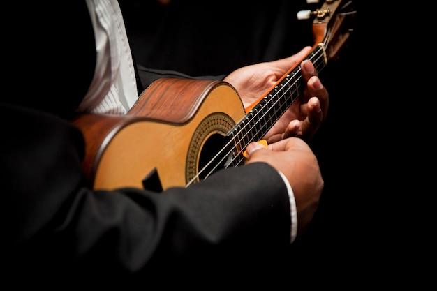 Man speelt cavaquinho, braziliaans instrument dat wordt gebruikt om samba te spelen
