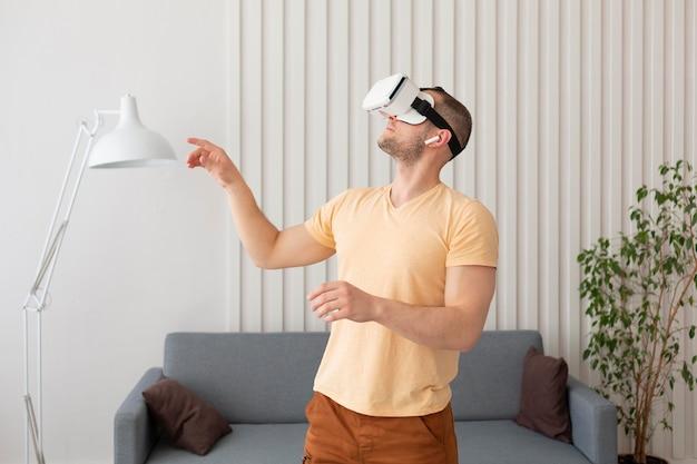 Man speelt een videogame terwijl hij een vr-bril draagt Premium Foto