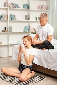 Man speelt met het haar van zijn vriendin