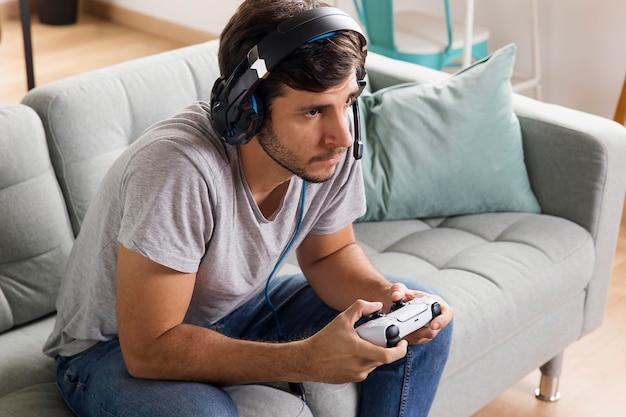 Man speelt met medium shot van de controller