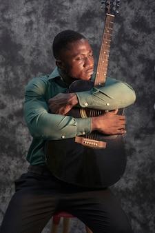 Man speelt muziek op internationale jazzdag