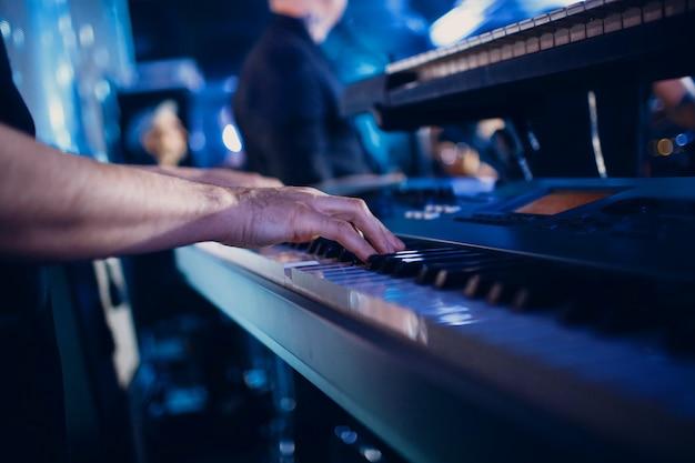 Man speelt op synthesizer