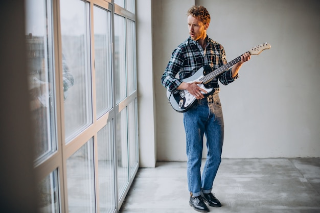 Man speelt solo op de gitaar