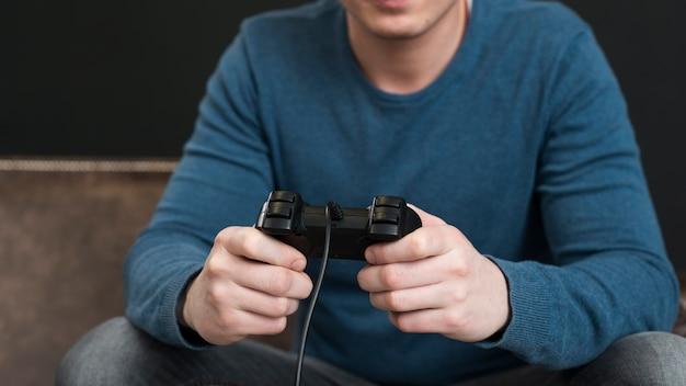 Man spelen met een controller