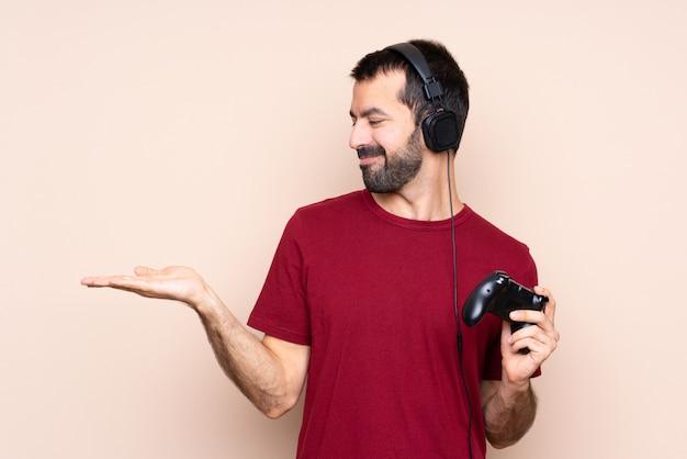 Man spelen met een video game controller met uitgebreide hand