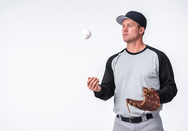 Man spelen met honkbal en handschoen houden