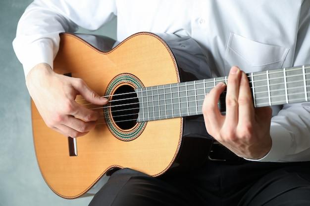 Man spelen op klassieke gitaar
