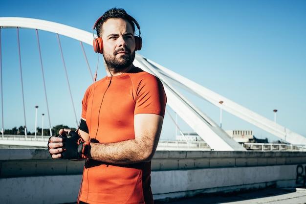 Man sporten en luisteren naar muziek met een koptelefoon