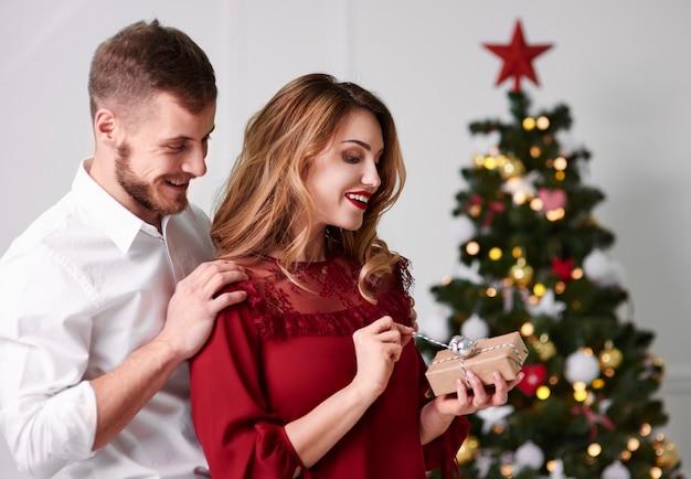 Man spring een verrassing haar vriendin