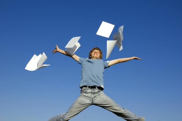 Man springen en gooien papers