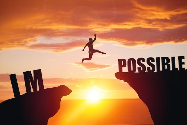 Man springt over onmogelijk of mogelijk over klif op zonsondergang