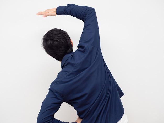 Man staande draai terug gebaar stretch lui witte achtergrond
