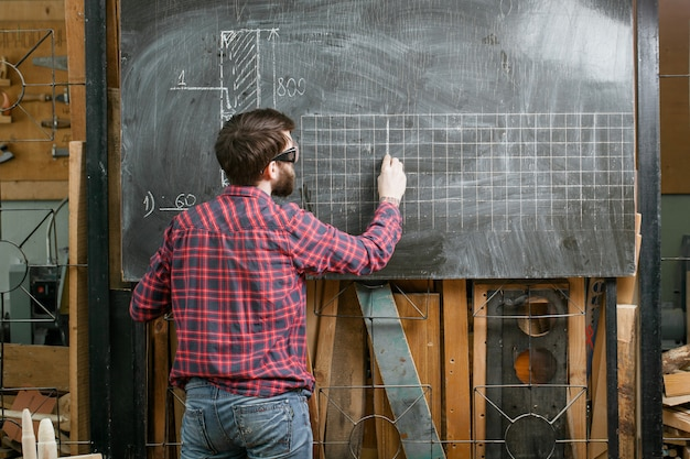 Man staande schoolbord