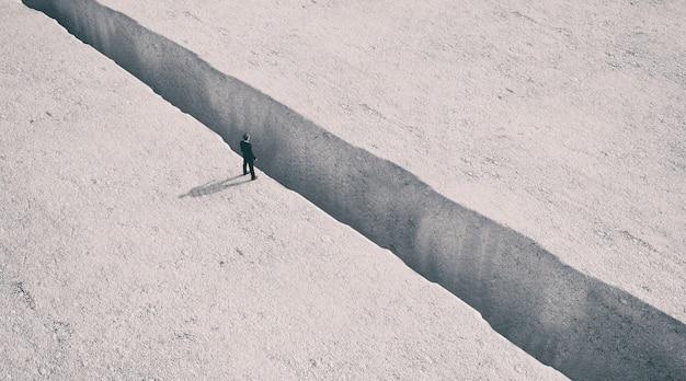 Man staat aan de rand van de afgrond, 3d-rendering