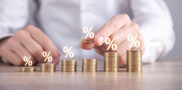 Man stapelen munten met een procent-symbolen.