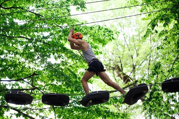 Man stappen op de banden die in de lucht hangen