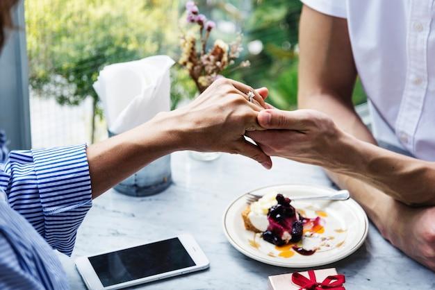 Man stelt vriendin voor met diamanten ring