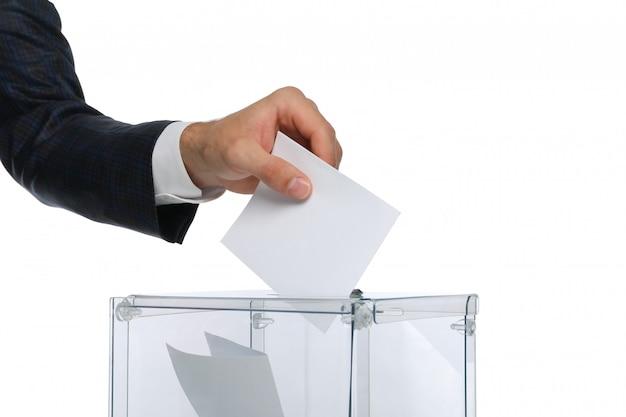 Man stemming aanbrengend stemkastje geïsoleerd