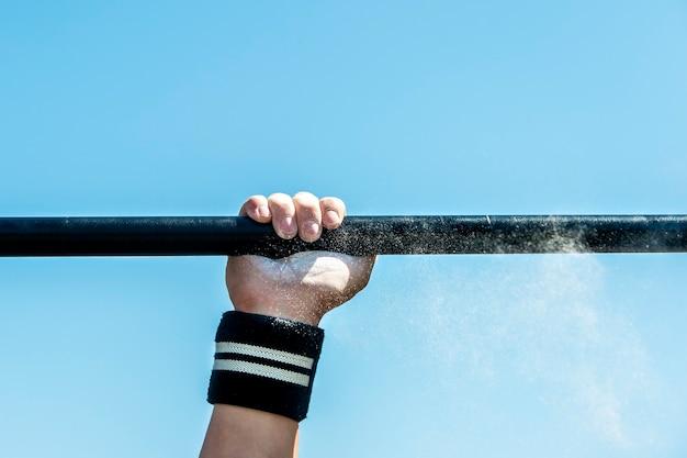 Man, sterke man, atleet voert sportoefening, straattraining uit. gezonde levensstijl