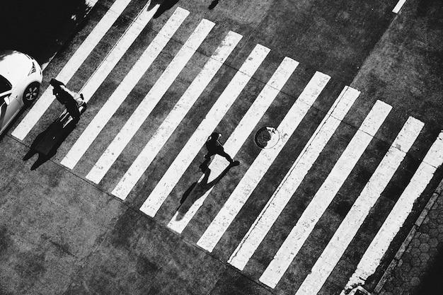 Man straat oversteken