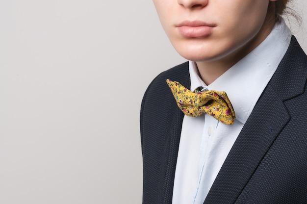 Man strikte pak jas shirt grappige gele vlinder