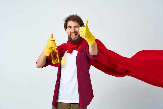 Man superheld in rode mantel schoonmaakproducten professional