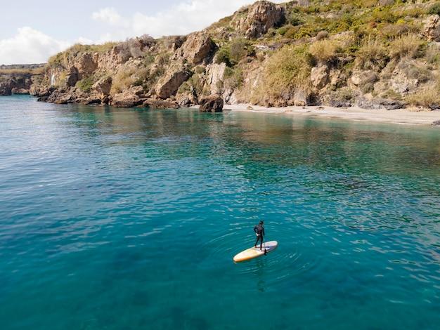 Man surfen met prachtig uitzicht afstandsschot