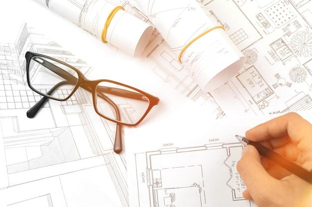 Man tekenen van de blauwdrukken, architectuur en engineering bedrijfsconcept, bovenaanzicht foto