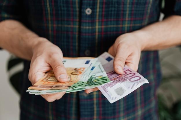 Man telt zijn laatste spaargeld als gevolg van werkloosheid tijdens de covid-19-pandemie