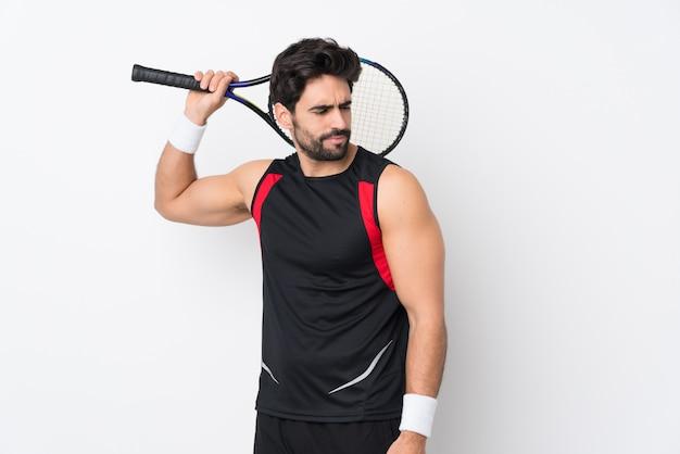 Man tennissen over geïsoleerde muur