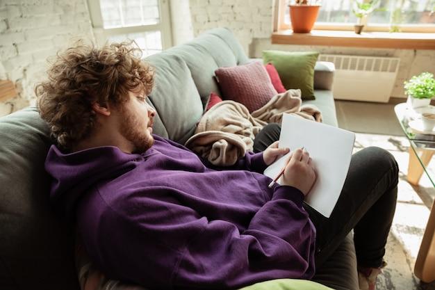 Man thuiswerken tijdens coronavirus of covid-19 quarantaine