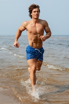 Man tijdens het joggen door de zeekust