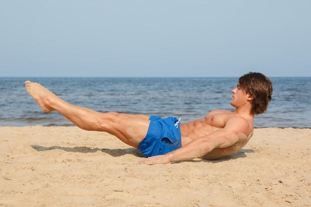 Man tijdens training op het strand