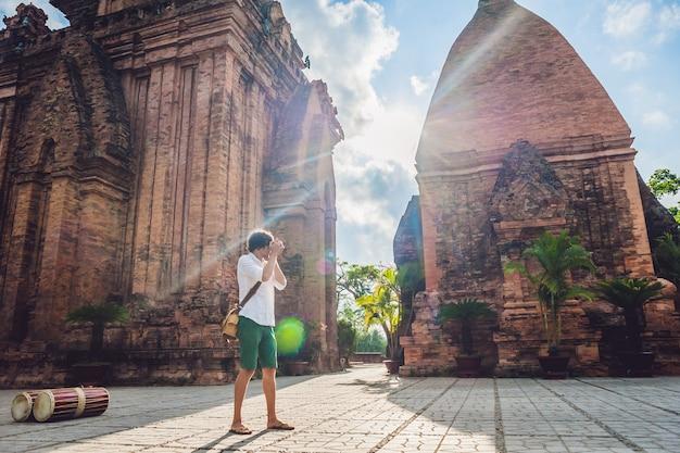 Man toerist in vietnam po nagar cham tovers azië reizen op de vietnam