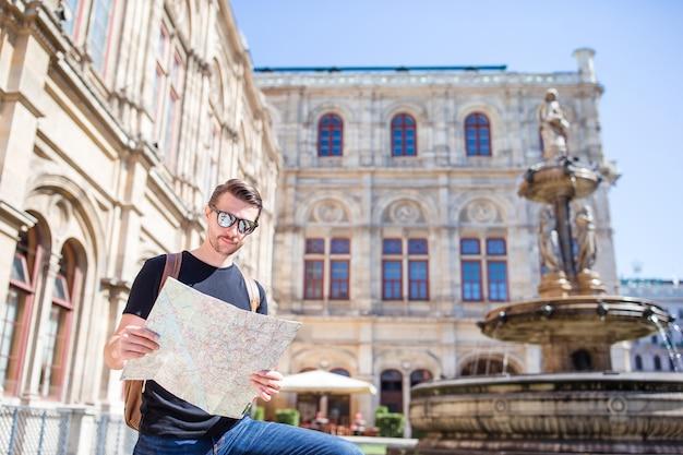 Man toerist met een plattegrond van de stad