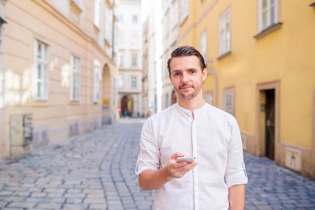 Man toerist met een stadskaart en rugzak in de straat van europa.