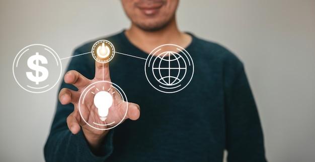 Man touch-technologie start pictogrammen op bedrijfsstrategie op virtueel scherm