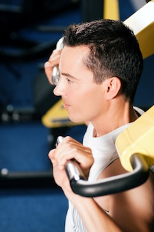 Man trainen en trainen in de sportschool