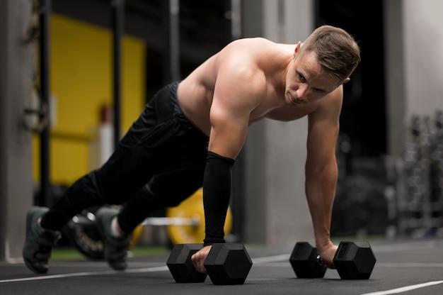 Man trainen met gewichten