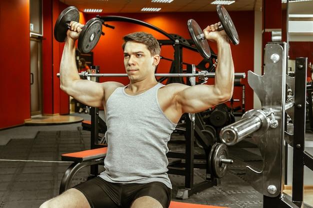 Man training in de plaatselijke sportschool